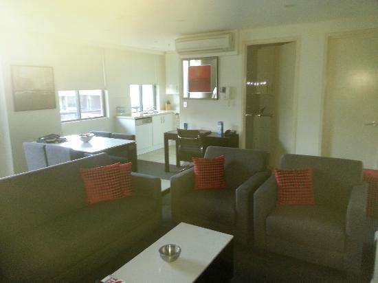 Meriton Serviced Apartments George Street, Parramatta: Loung / Dining area