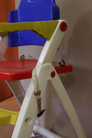 Fraser Suites Glasgow: Stained, dirty high chair