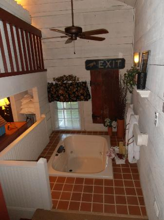 1777 Americana Inn Bed & Breakfast: Jacuzzi tub on landing half-way up the stairs