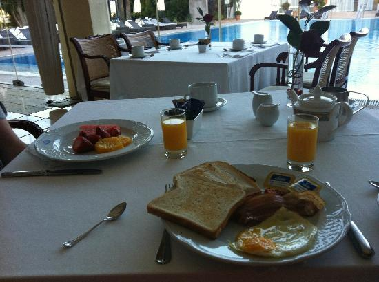 Los Monteros Spa & Golf Resort GL: The two extremes of breakfast: healthy and not so healthy!