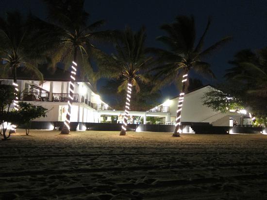 Catamaran Beach Hotel: Back of hotel taken from the beach