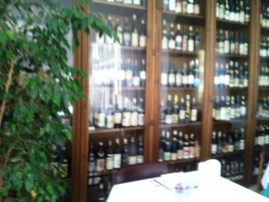 Hotel Miramare Otranto : Vitrinas con colección de botellas