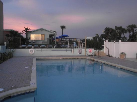 Daytona Shores Inn and Suites: Beautiful pool area right on the beach!