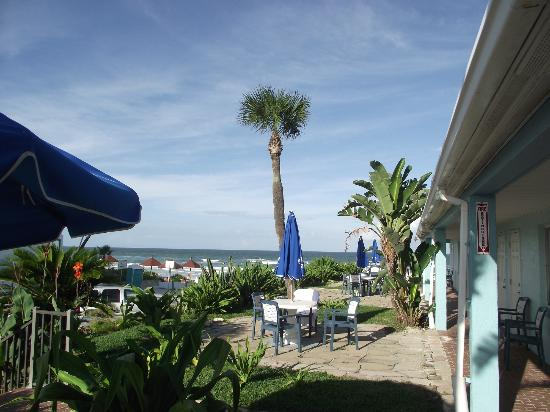 Daytona Shores Inn and Suites: Amazing view! Sat on the terrace every morning with my coffee watching the sunrise!