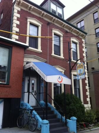 HI-Halifax Heritage House Hostel: the entrance