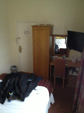 Falstaff Hotel: Single wardrobe and bedside cupboard only storage, case had to go on top of wardrobe.