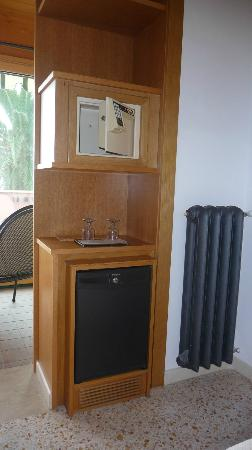 Hotel Villa Schuler: Safe and fridge present in the room