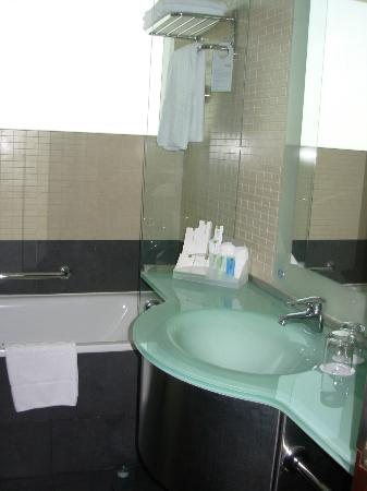 Bathroom photo de rose rayhaan by rotana duba for Bathroom traduction