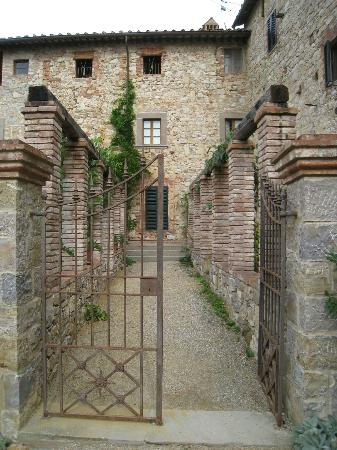 Castello di Fonterutoli: Our building entrance.