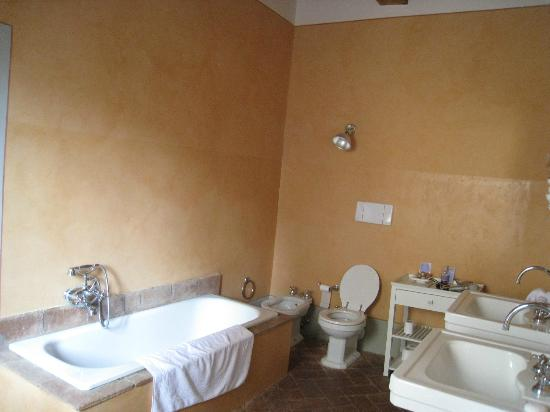 Castello di Fonterutoli: Shared bathroom for Arancione