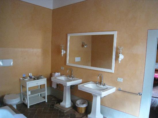 Castello di Fonterutoli: The shared bathroom - Arancione