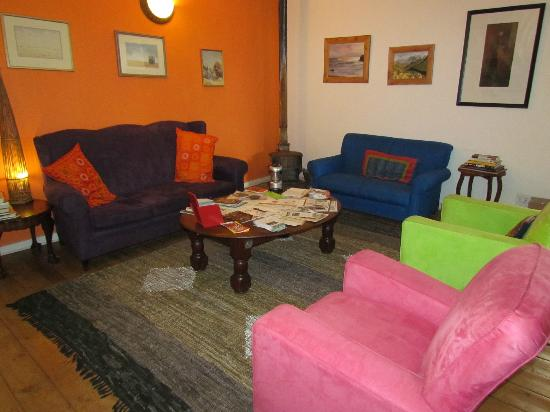 Karma Backpackers : Open and colourful lounge.
