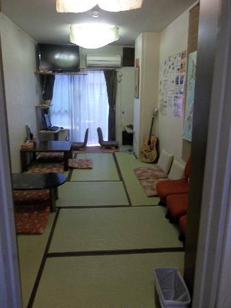 J-Hoppers Hiroshima Guesthouse: Living Room