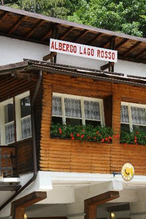Albergo Ristorante Rifugio Lago Rosso: l'esterno