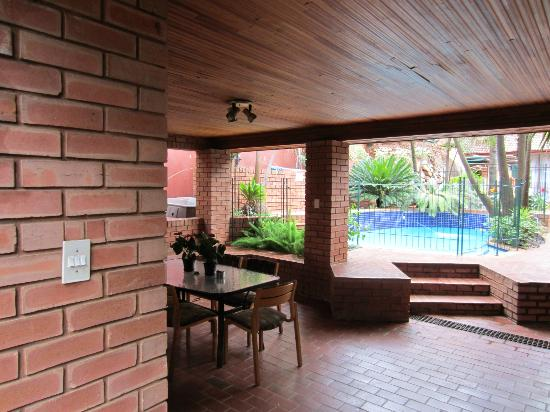 Ula Guesthouse: Ourdoor brai area and pool