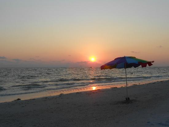 Beach House Hotel : sunset Treasure Island