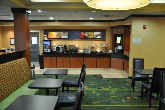 Fairfield Inn & Suites Paducah: Breakfast Bar Area