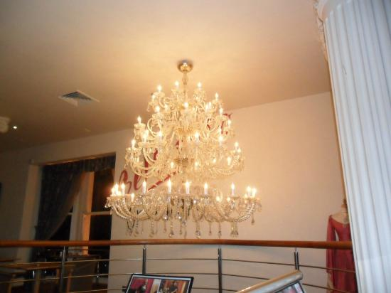 Corus Hotel Hyde Park London: One of the beautiful chandeliers in the lounge/ bar area.