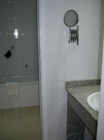 ريجنسي سويتس هوتل بودابست: vue sur la salle de bain séparée en deux (au fond baignoire + wc et dans pièce avant lavabo) 