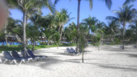 Barcelo Maya Colonial: Side view of beach