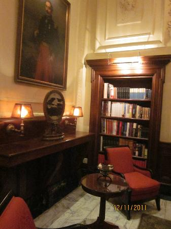 Hotel Le St-James: The Library