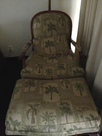 Boca Raton Plaza Hotel and Suites: Old chair in room