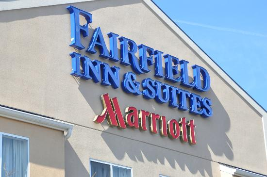 Fairfield Inn and Suites Elizabethtown: Sign at front