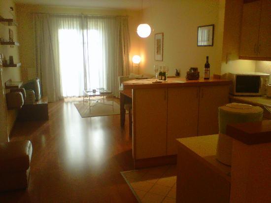 Mamaison Residence Izabella Budapest: Séjour et coin cuisine de notre suite
