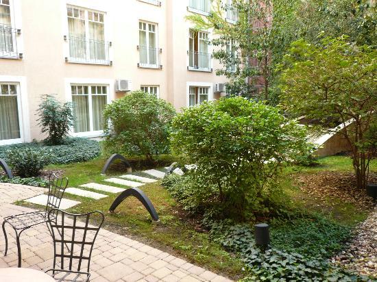 Mamaison Residence Izabella Budapest: Coin jardin de la résidence