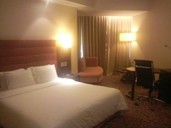 Rembrandt Hotel Bangkok: ベット・机