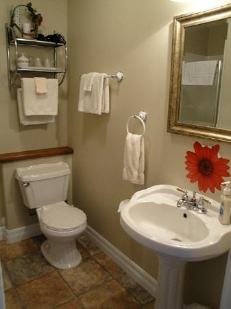 7 Acres Bed & Breakfast: private bathroom