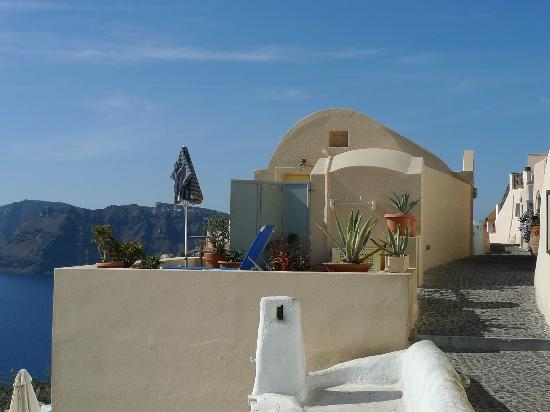 Old Oia Houses: view of the balcony, on the right is the pedestrian street