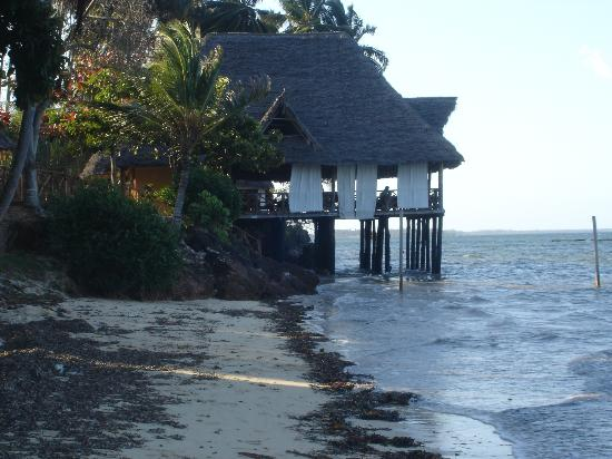Ngalawa Beach Village: Hotel bar at high tide