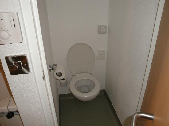 Hotel ibis budget Cardiff Centre: tiny toilet