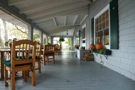 Bufflehead Cove Inn: porch with dining tables