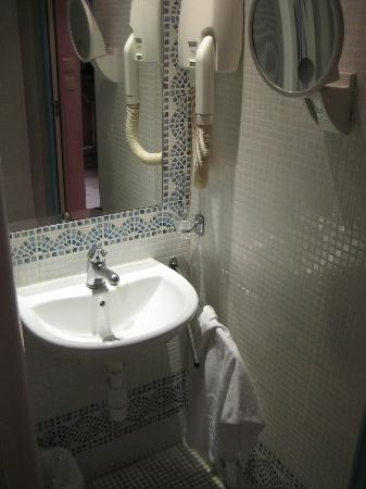 Hotel Kleber Champs-Elysees Tour Eiffel Paris: Clean bathroom