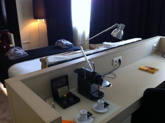 9HOTEL MERCY: desk and Nespresso coffee machine
