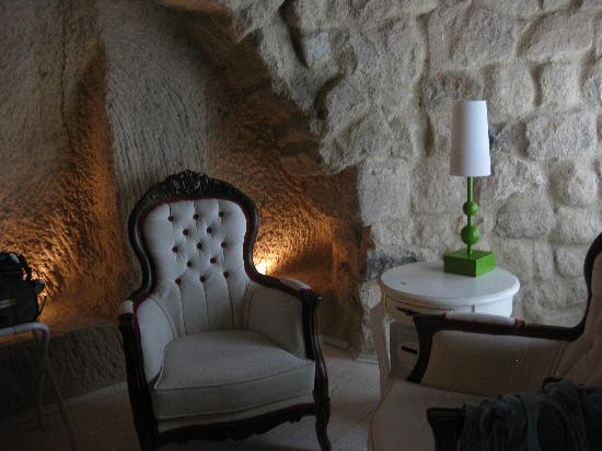 Hezen Cave Hotel: Sitting area inside room