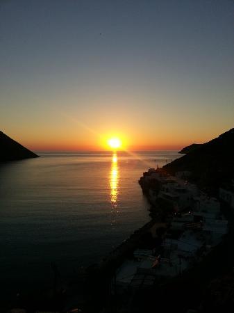 Morfeas Pension: Ηλιοβασιλεμα στις καμαρες