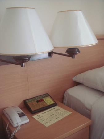 The Ecotel Bangkok: side lamp at the bedside