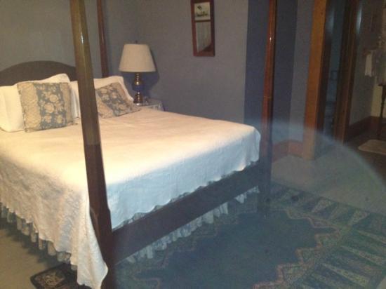 McCloud Hotel: Bed