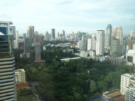 The Okura Prestige Bangkok : バンコクのビル群と大使公邸