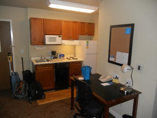 HYATT house San Ramon: Work desk and kitchenette