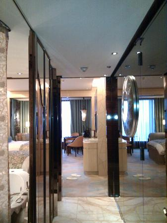 The Ritz-Carlton Shanghai, Pudong : View of room from entrance