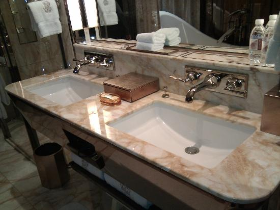 The Ritz-Carlton Shanghai, Pudong: Double sink
