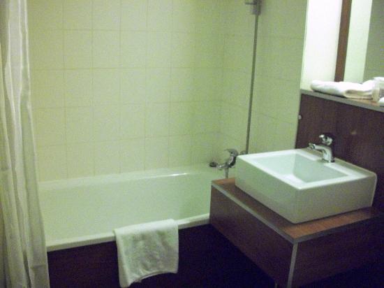 Kyriad Lyon - Aéroport Saint Exupéry : Salle de bains