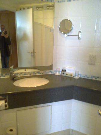 Holiday Inn Milton Keynes Central: HI Milton Keynes - Bathroom