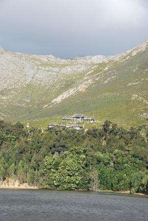 Bezweni Lodge: uitzicht op de lodge van zandweg naar boven