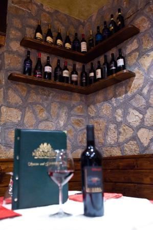 Ristorante la Strettola. La cantina di vini, a vista. Ottimo l'aglianico.