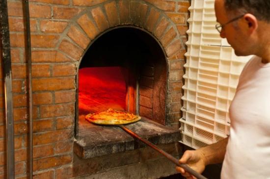 Ristorante la Strettola. Il forno a legna e la pizza dal profumo irrestistibile.